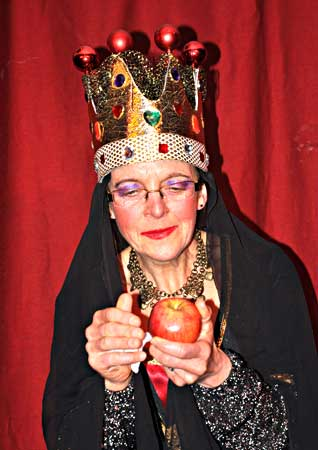 Queen and the apple